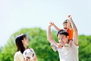 公園を歩く3人家族の写真素材 [FYI02840084]