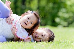公園で遊ぶ姉妹の写真素材 [FYI02840093]