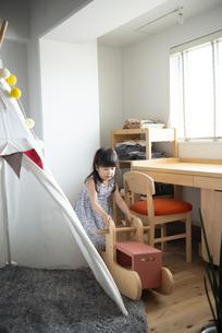 家で遊んでいる女の子の写真素材 [FYI02840104]