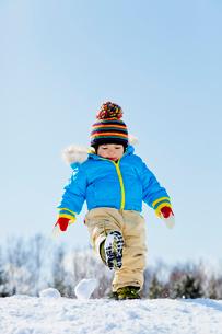 雪の公園で雪を蹴る男の子の写真素材 [FYI02840153]