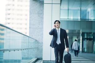 歩くビジネスマンの写真素材 [FYI02840178]