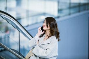 スマートフォンを持つビジネスウーマンの写真素材 [FYI02840180]