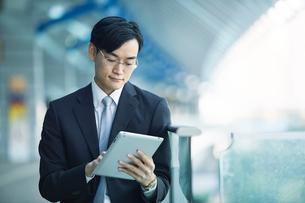 タブレットPCを持つビジネスマンの写真素材 [FYI02840186]