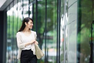 街を歩く女性の写真素材 [FYI02840243]
