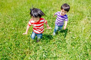 公園を走る男の子たちの写真素材 [FYI02840308]