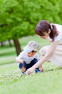 公園で遊ぶ息子と母親の写真素材 [FYI02840309]