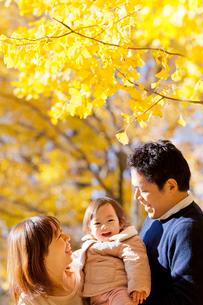 紅葉の公園で遊ぶ3人家族の写真素材 [FYI02840310]
