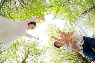 新緑の下で遊ぶ親子の写真素材 [FYI02840315]