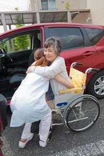 車への乗車を介助する介護福祉士の写真素材 [FYI02840327]