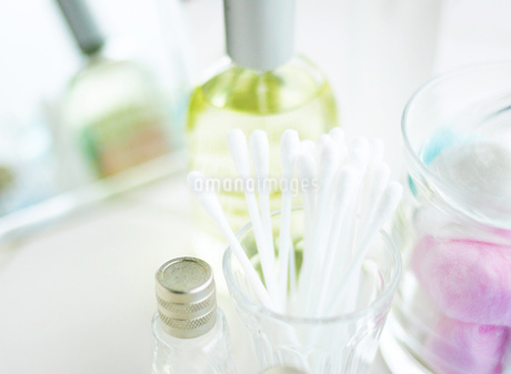 綿棒とグラスとアロマオイルの写真素材 [FYI02840501]