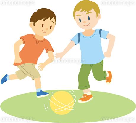 サッカーで遊ぶ欧米系男子と日本人男子のイラスト素材 [FYI02840520]