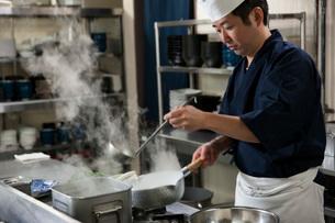 煮汁を作る調理師の写真素材 [FYI02840530]