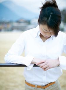 校庭の鉄棒と日本人女性の写真素材 [FYI02840583]