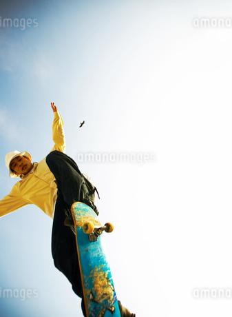 スケートボードで飛ぶ日本人男性の写真素材 [FYI02840592]