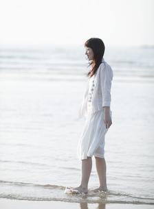 海辺を歩く女性の写真素材 [FYI02840598]