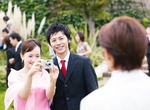 写真を撮るカップルの写真素材 [FYI02840663]