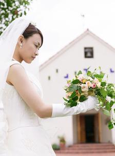 ウェディングの日本人女性と教会の写真素材 [FYI02840811]