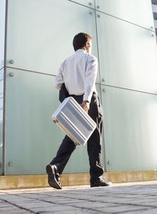 歩く男性の写真素材 [FYI02841019]