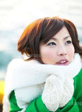 見上げる日本人女性の写真素材 [FYI02841082]