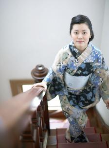 階段を上る浴衣姿の女性の写真素材 [FYI02841123]