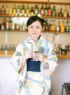 グラスを持つ浴衣姿の女性の写真素材 [FYI02841163]
