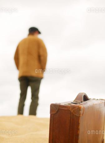トランクと男性の写真素材 [FYI02841176]