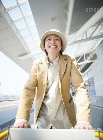 旅行に行く日本人男性の写真素材 [FYI02841196]