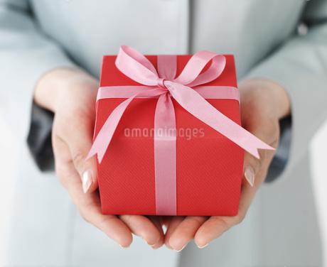 プレゼントを持つ手の写真素材 [FYI02841385]