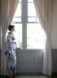 窓の外を眺める浴衣姿の女性の写真素材 [FYI02841401]