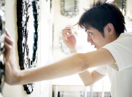 鏡を見る日本人男性の写真素材 [FYI02841604]