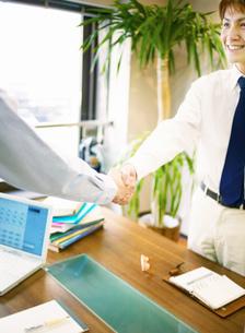 握手をする男性の写真素材 [FYI02841853]