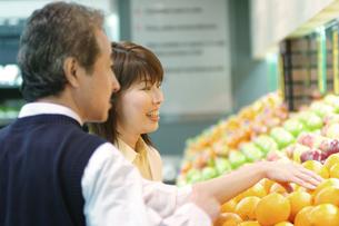 買い物をする中高年夫婦の写真素材 [FYI02841873]