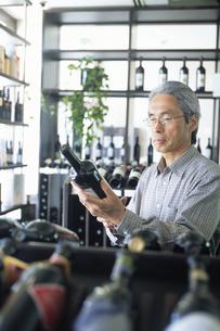 ワインを選ぶ中高年男性の写真素材 [FYI02841892]