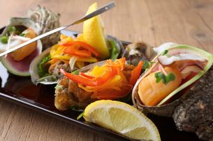 サザエと牡蠣の贅沢プレートの写真素材 [FYI02842347]