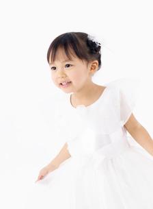 ドレスを着た女の子の写真素材 [FYI02842375]