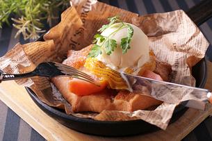 安納芋クリームのアップルパイの写真素材 [FYI02842563]