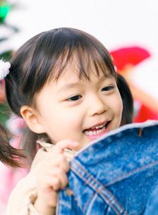 ジャケットを持つ女の子の写真素材 [FYI02842592]