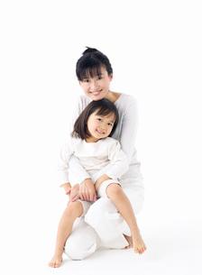 抱きつく女の子の写真素材 [FYI02842594]