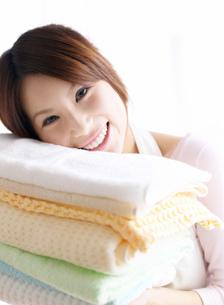 タオルにもたれる女性の写真素材 [FYI02842731]