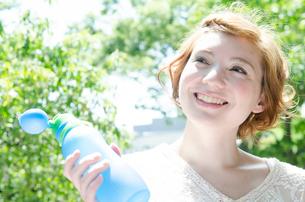 ウォーターボトルを持って笑うハーフの女性の写真素材 [FYI02842745]