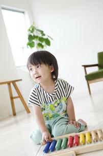 100玉そろばんで遊んでいる男の子の写真素材 [FYI02842749]