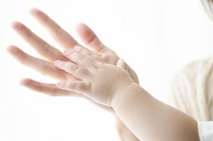 お母さんの手と子供の手の写真素材 [FYI02842777]
