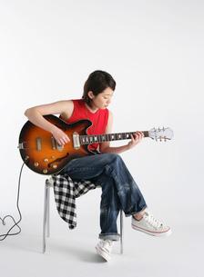 ギターを演奏する女性の写真素材 [FYI02842795]