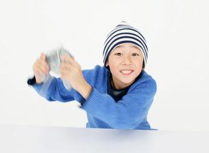 ゲームをする男の子の写真素材 [FYI02842836]