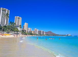 ワイキキビーチとダイアモンドヘッド ハワイの写真素材 [FYI02842881]