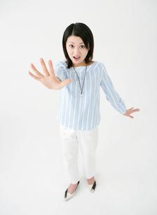 手を上げた女性の写真素材 [FYI02842895]