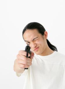 銃を構える男性の写真素材 [FYI02842901]