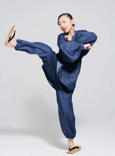 足を上げる女性の写真素材 [FYI02842953]