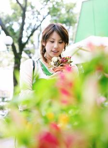 花を持つ女性の写真素材 [FYI02842988]