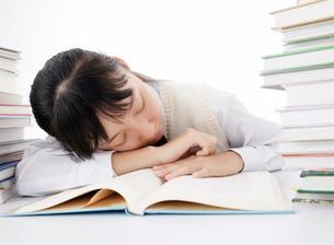 寝る女の子の写真素材 [FYI02843128]